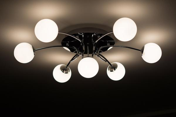 Wizyta w sklepie z nowoczesnymi lampami