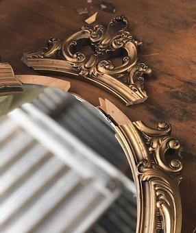 Złota rama do lustra to eleganckie rozwiązanie