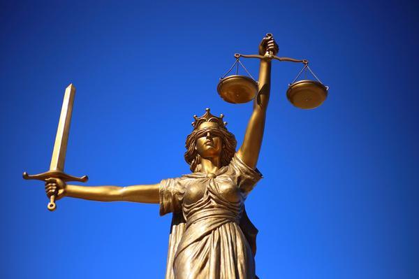 Przyjrzyjmy się serwisowi prawnemu