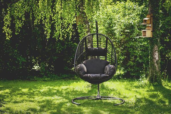 Estetyczny wiszący fotel w ogródku